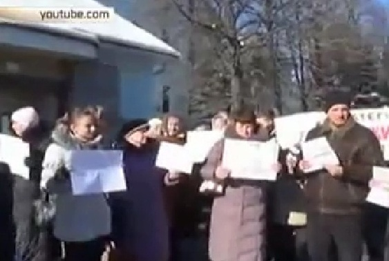 Женщины, назвавшиеся матерями бойцов из Дебальцево, перекрыли проспект в Киеве