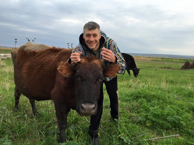 """""""У Ляшко новый конкурент"""": Артем Ильюк тоже подергал деревенских тёлочек"""