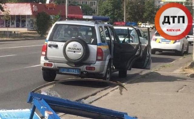 ДТП в Киеве на Оболони: на Героев Сталинграда Fod Fiesta уничтожил остановку и улетел в кусты. Пострадал водитель