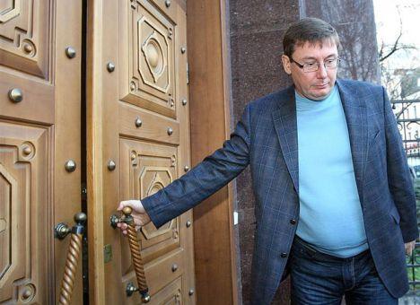 Парламент сегодня сломали через колено, - Лещенко