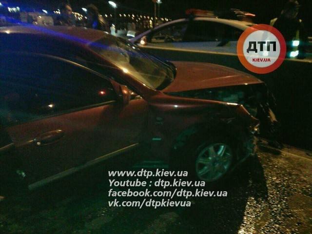 В Киеве пьяный водитель с компанией устроил ДТП