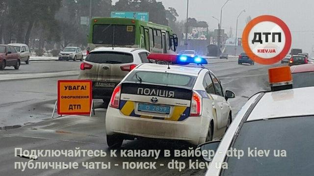 В Киеве сбили насмерть девушку в наушниках, перебегавшую проспект