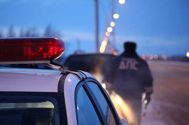 В Подмосковье задержанный пьяным водитель выстрелил полицейскому в голову в патрульной машине