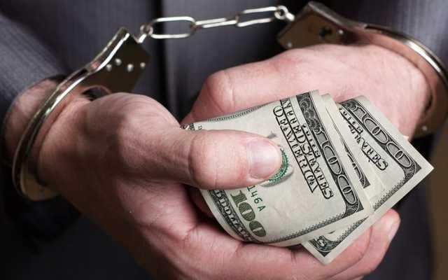 Перед тем, как суд оправдал пойманного на взятке налоговика, его мать заняла $ 20 000