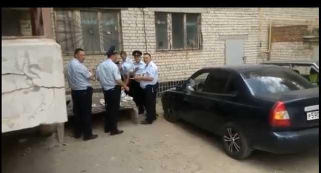 Полицейских, приехавших работать на чемпионат мира по футболу, кормят на помойке
