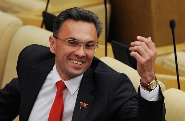 Коммуниста-дебошира, экс-депутата Госдумы судят за прыжки на полицейских