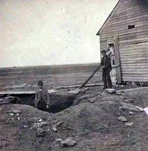 Выкопанная яма у дома Бендеров с жертвами маньяков