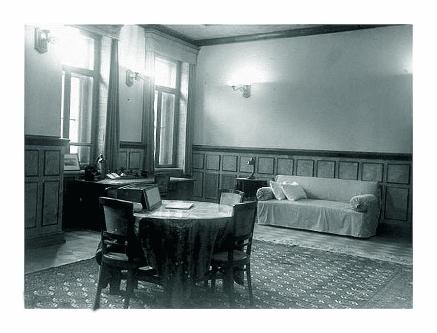 Ближняя дача Сталина. По одной из версий, он умер на этом диване