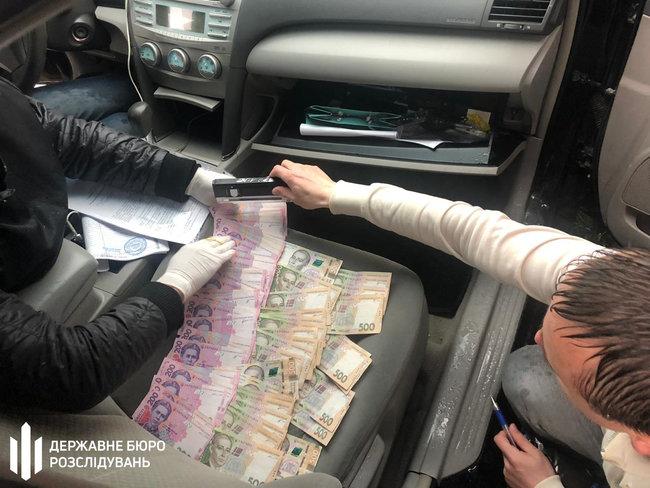 На взятке в 15 тыс. грн задержали инспектора главного управления ГФС в Хмельницкой области 02