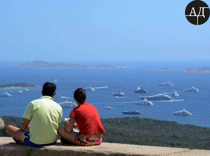 Фото датировано 2 августа 2016-го и сделано на изумрудном побережье (Costa Smeralda) острова Сардиния – это центр элитного туризма в Средиземноморье, место, где концентрация супер-яхт, пожалуй, наибольшая в мире.