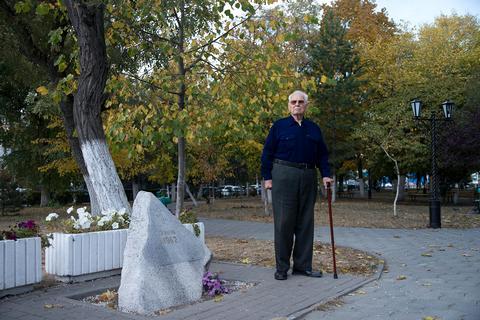 Анатолий Жмурин у памятника жертвам расстрела в Новочеркасске, октябрь 2017 года  Дарья Дар для «Медузы»